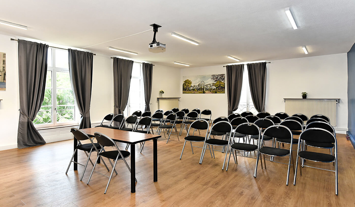 Salle de réunion spacieuse pour conférence de presse