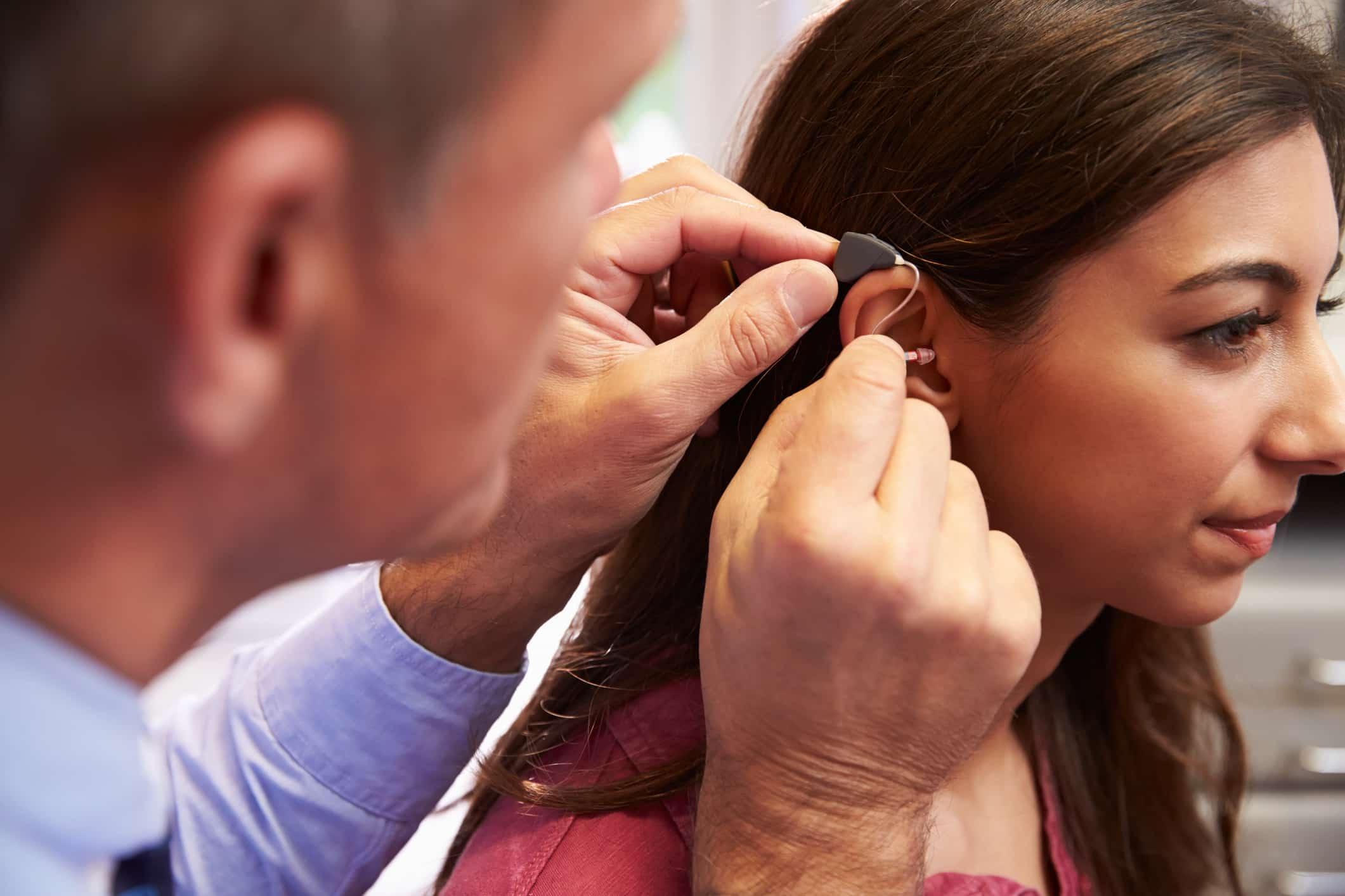 Le port d'appareil auditif à une patiente